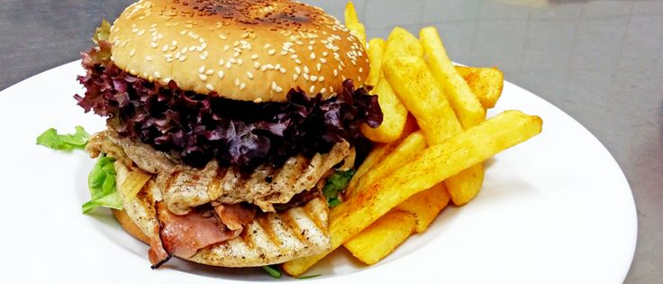 Double steak burger se steakovými hranolky #ukastanubranik http://www.ukastanu.cz/branik