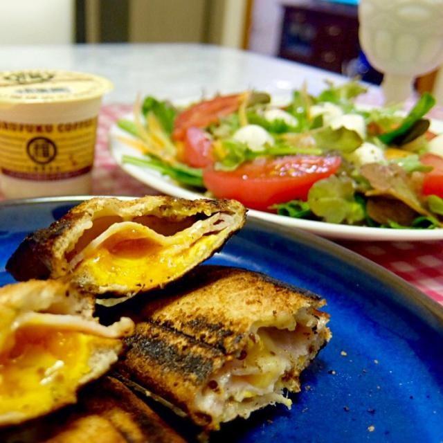 Egg, Ham & Cheese Melty Hot Toast Sandwich, Tomato & Mozzarella Green Salad - 26件のもぐもぐ - エッグ、ハム&チーズホットサンド、トマトとモッツァレラのサラダ by kayorina