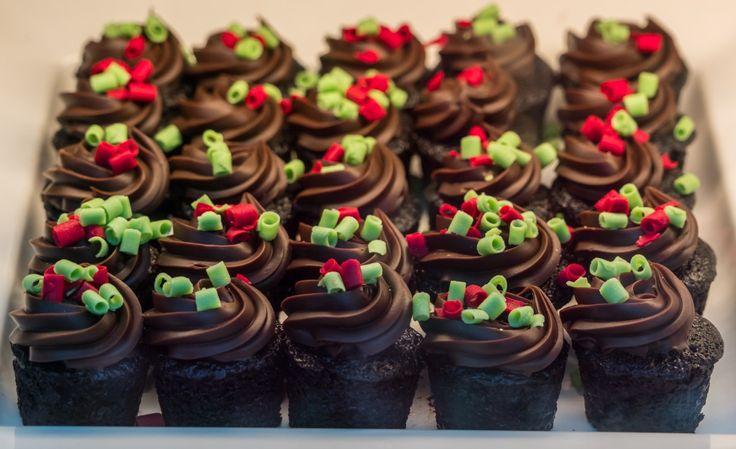 Fotos gratis : dulce, comida, chocolate, Magdalena, gastrónomo, postre, delicioso, hecho en casa, panadería, festivo, pastel de cumpleaños, azúcar, Formación de hielo, sabroso, Magdalenas, dulzura, tratar, confitería, sabor, caloría, Comida de navidad, Crema de mantequilla, Decoración de pasteles 6813x4167 -  - 1205605 - Imagenes gratis - PxHere