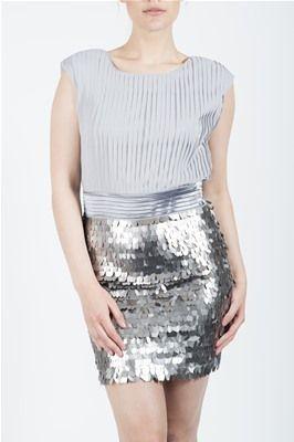 Kjole i kort modell fra Funky Girls. Den har chiffon på overdelen og store ovale paljetter på underdelen. Grå, størrelse Medium.