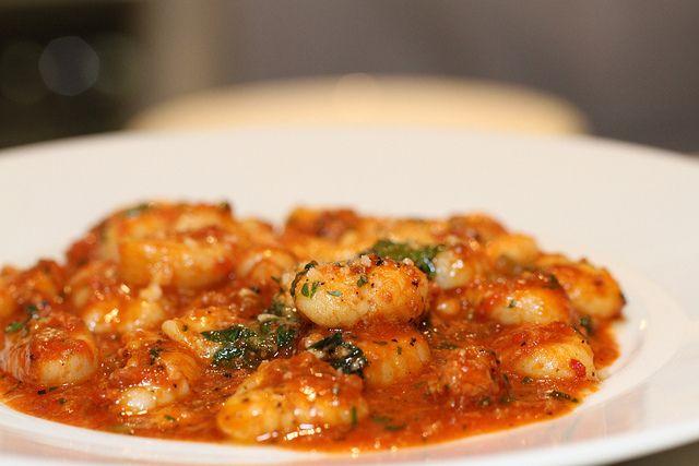 """Van lezeres Dominique kregen we dit recept voor gnocchi di patate (van aardappel) met kip en verse spinazie. Lekker Italiaans en gezond. """"Gnocchi di patate zijn een soort ovale balletjes, gemaakt van aardappel en tarwemeel. Het is een typisch Italiaans gerecht. De aardappels worden gekookt en gepureerd, en daarna met het meel en wat zout […]"""