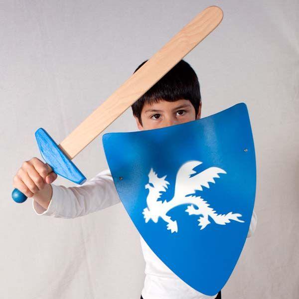 Escudos medievales para niños hechos de madera. Resistentes y seguros. Con motivos y colores alegres. Juguete de madera tradiccional basado en la pedagogía Waldorf.