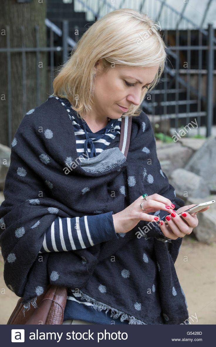 Download this stock image: Woman sending a message from your smartphone, Moscow, Russia - G5428D from Alamy's library of millions of high resolution stock photos, illustrations and vectors.