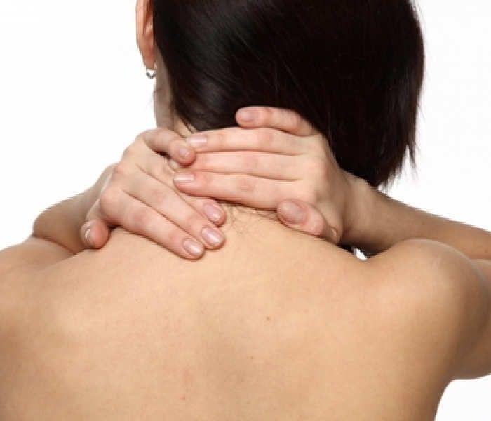 <p>Esta auto-massagem relaxante ajuda a diminuir a tensão dos músculos do pescoço e pode até mesmo diminuir a dor de cabeça. Faça a auto-massagem seguindo os seguintes passos: -Sentado numa cadeira, feche os olhos e apoie bem toda a coluna nas costas da cadeira e deixe os braços pendurados ao …</p>
