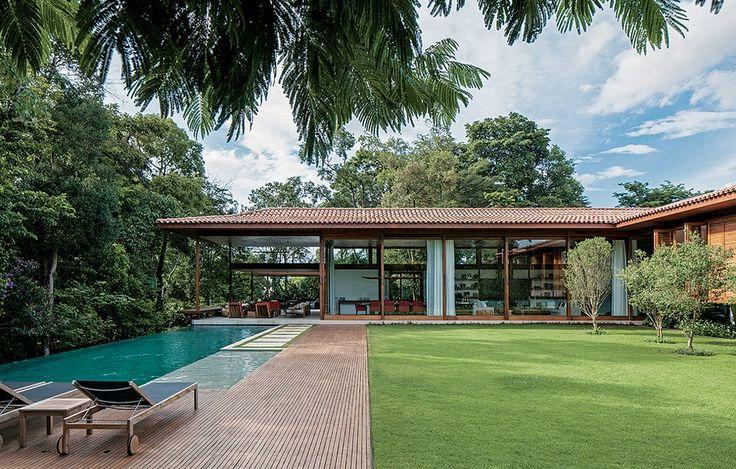 O bosque com Mata Atlântica, a piscina com borda infinita, o enorme gramado e os grandes painéis de vidro fazem o projeto do escritório Jacobsen Arquitetura, com paisagismo de Gil Fialho, o lugar perfeito para passar o verão