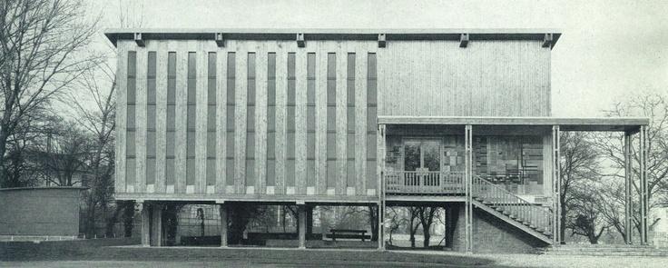 La Pavillon du bois mesure 20 m de longueur , 10 m de largeur et sa hauteur au faîtage est de 11 m. Il est construit entièrement en bois.  La charpente, les murs et le plancher sont en sapin blanc du Nord; les noyaux pour les assemblages en orme très sec; le bardage en sapin du Jura; l'escalier et les menuiseries extérieures sont en chêne; le plafond en lambris et l'habillage des saillies du toit en pin maritime.