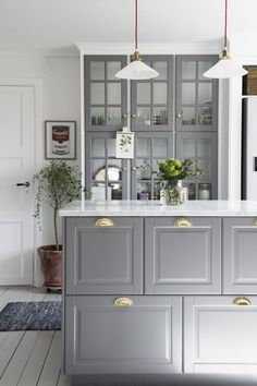 Ett lantligt kök i grått att inspireras av. Homespos Emilie Cederquist har satt sin egen