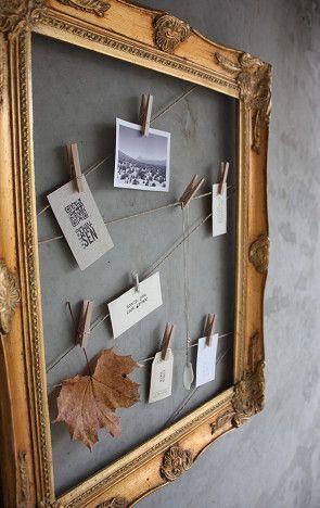 Recicla un viejo marco para colgar fotos y recuerdos...