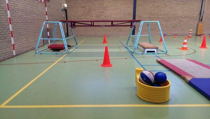 Mikken: Twee lln staan op de verhogingen en rollen een bal via de banken naar elkaar. De andere leerlingen staan bij de pionen en proberen de rollende bal te raken.
