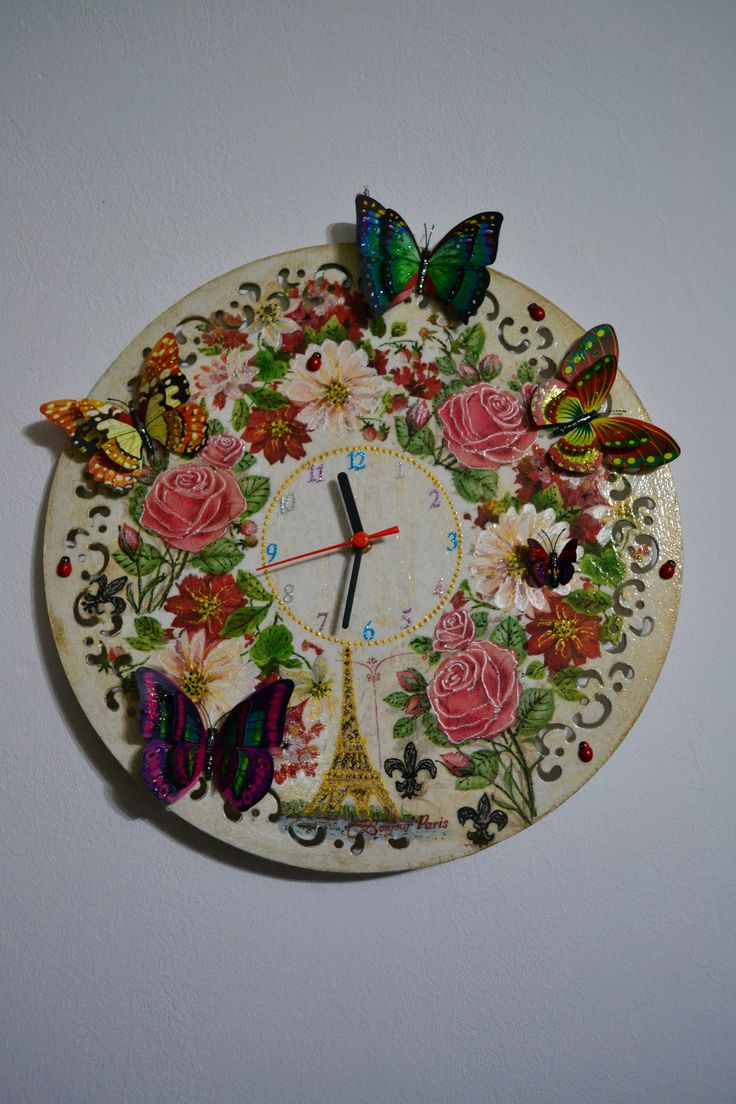 Wall clock decorated with decoupage. Shabby Chic romantique & Vintage. With acrylic paint, roses & ladybugs :D