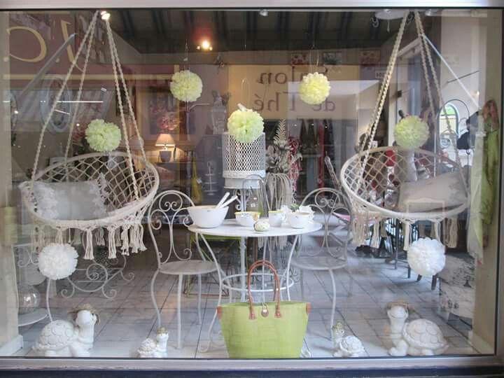 Vitrine Indigo Apt. Facebook:@aptindigo Instagram:@indigoapt.L' été la légèreté et la fraîcheur sont toujours des valeurs sûres : du blanc dans le mobilier avec la table et les chaises ainsi qu'avec les chaises hamac et du vert avec les pompons. ..