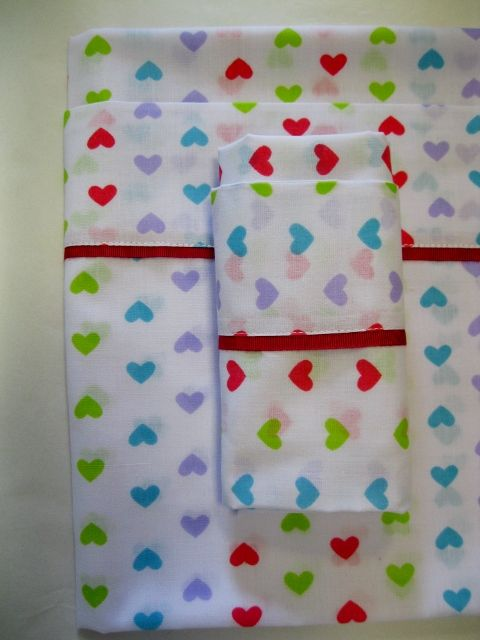 Set of sheets in cloth for babies in action to: Pillow 30cmx42cm; Sheet 105cmx145cm; Bottom sheet 112cmx160cm