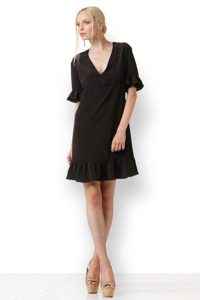 ΜΑΥΡΟ CON VOLANTES Ραμμένο από φίνο Crepe de chine αυτό το φόρεμα έχει boho διάθεση. Είναι ανάλαφρο, σέξι και το μαύρο του δίνει μια μοιραία αύρα. Έχει έντονο ντεκολτέ και φαρδιά γραμμή για να κολακεύει όλες τις σιλουέτες.
