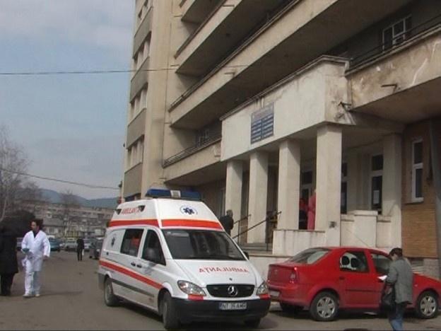 """Clădirea spitalului vechi din Piatra Neamţ merge pe al şaptelea an cu """"bulină roşie"""", dar autorităţile şi bolnavii, deopotrivă, nu par să fie deranjaţi. De altfel, bulina care avertiza despre riscul seismic ridicat a şi dispărut de pe perete."""