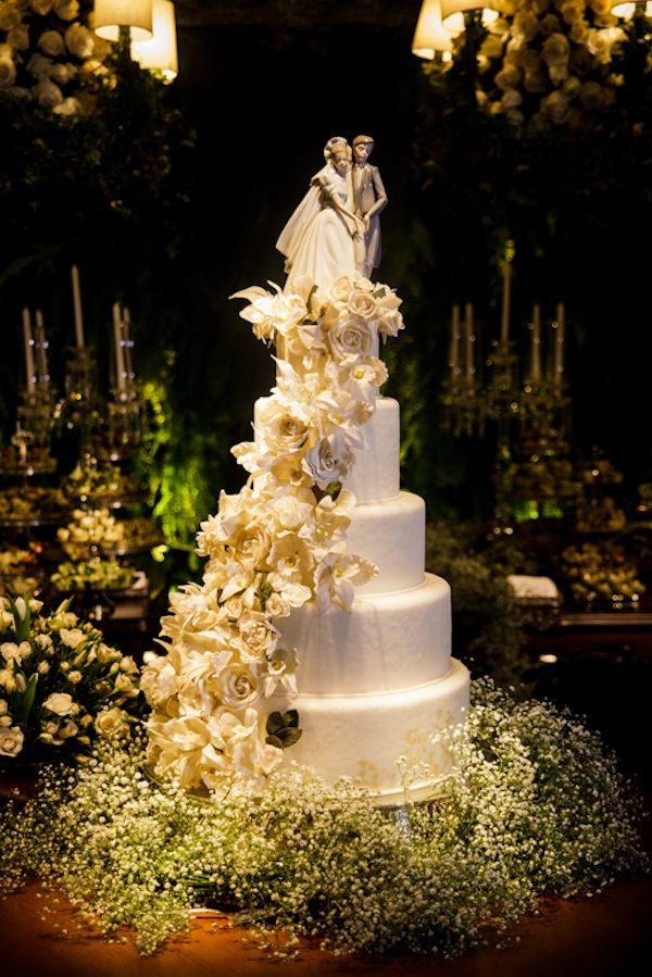 Bolo de casamento off white, com 5 andares em pasta americana e flores de açúcar.  Topo de bolo Lladró e base decorada com gipsofila/mosquitinho.    Perfeito para um casamento clássico.    Foto: Ricardo Cintra