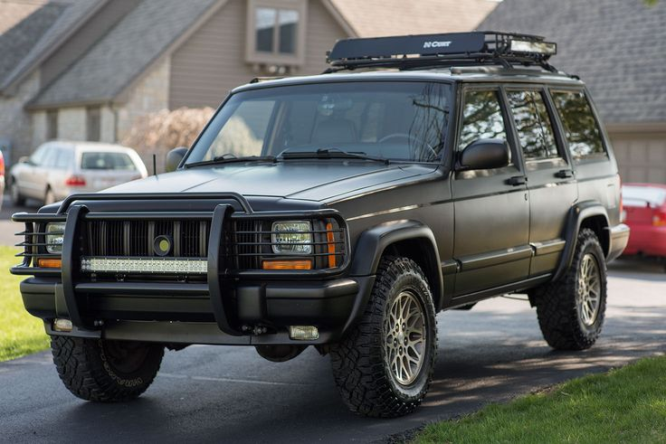 Car brand auctionedJeep Cherokee Limited Sport Utility 4
