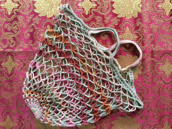 Netje, boodschappentas, retro gehaakt netje, herbruikbaar tasje Herst Roos in zeven herfstkleuren, van zachtgroen, kastanjebruin, vervaagd roze. Cadeau idee voor een milieubewuste vriendin.  Ik heb altijd een netje in mijn tas voor boodschappen onderweg. Kies je nieuwe netje bij www.etsy.com/shop/pinetjes. Mooi gemaakt - origineel ontwerp geïnspireerd door de natuur - fijn gemerceriseerd haakkatoen in de mooiste kleuren - handgemaakt en zorgvuldig afgewerkt  Praktisch - zo klein op...