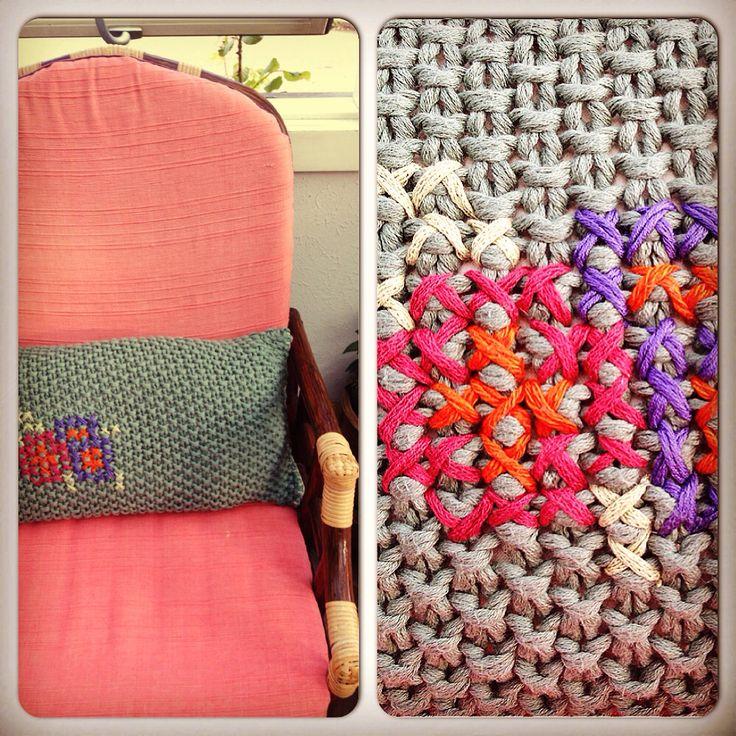 Knitted pillow/Perlestrikket pude med broderi