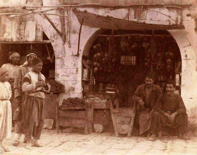Uzun Çarşı 1919 Mahralı Bakkal (Mahra öndeki tahta kaplar, eşeğe bağlanıp 50 kg sebze-meyva alır)