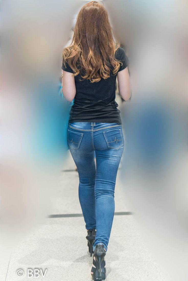 スタイル抜群!スキニージーンズで大きなお尻がプリプリの激エロなギャル! | Beauty Back View