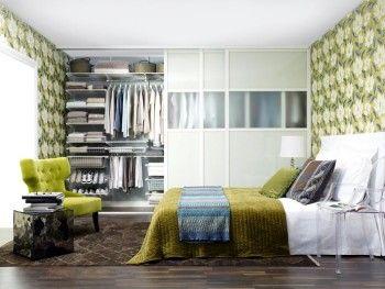 Компактная гардеробная комната в спальне фото