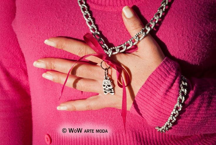 Parure realizzata con una catena molto particolare ed esclusiva, nei colori bianco e nero, zebrata e ragnatelata. Chiusure moschettone nere. La collana ha un ciondolo teschietto portafortuna bianco e nero tenuto da un fiocco di nastro fucsia.  Esclusivo WoW Arte Moda!!!  Differenziati!!! #bijoux #gioielli #moda #fattoamano #artigianale #collana #bracciale #nero #bianco #teschio #fucsia #nastro #catena