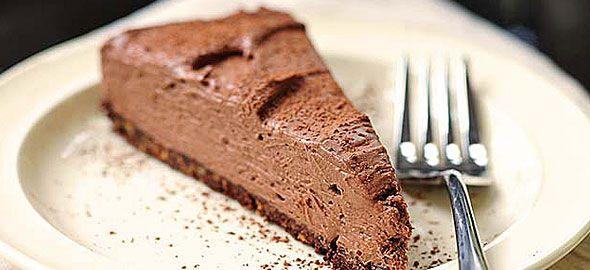 Ξεχάστε ό,τι ξέρατε για τα καλοκαιρινά γλυκά ψυγείου και δείτε πώς να φτιάξετε εύκολα συγκλονιστικό τσίζκεικ σοκολάτας που δεν χρειάζεται ψήσιμο!