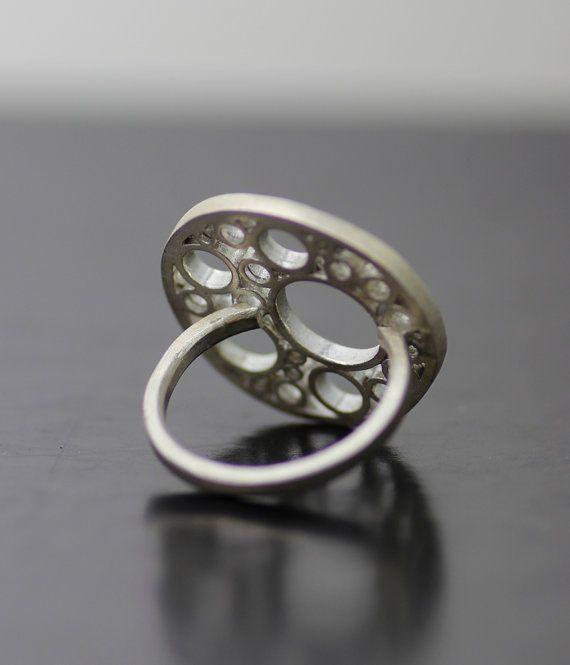mitochondriën instructie ring  Solid sterling silver ca. 1 in diameter gemaakt op bestelling in uw maat - gelieve te zetten uw ringmaat in opmerkingen bij het uitchecken.   Een moedige en unieke verklaring stuk, ik zie deze prachtige ring als een klein sculptuur voor uw hand. Deel van mijn reeks van de mitochondriën, het ontwerp is geïnspireerd door organische verkeer en industriële ruimte en de oneven schoonheid van de interne structuren van het lichaam.  Ook verkrijgbaar geoxideerd met…