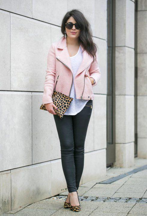 chaqueta rosa con jeans y zapatos animal print
