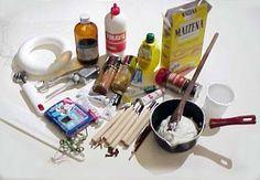 Gli ingredienti: - 1 tazza di maizena - 1 tazza di colla vinilica - 1 cucchiaio di olio di vasellina - Succo di limone o qualche goccia di essenza profumata Gli attrezzi: - cucchiaio di legno - pentolino antiaderente - stuzzicadenti - tagliere - taglierino - mattarello - spremiaglio - rotella dentata - retina di plastica - formine - cannuccia - chiodi di garofano, piccioli di mele/pere, foglie fresche - tempere, acrilici, acquarelli, coloranti naturali - pizzi di plastica - vinavil/colla a…