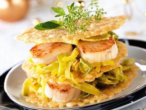 Ingrédients pour faire cette recette de mille-feuilles de St Jacques, aux poireaux et tuiles au Parmesan : Noix de St Jacques, poireaux, Parmesan entier, beurre, huile d'olive et safran.
