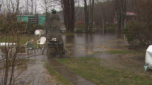 Des résidents de Sainte-Angèle-de-Mérici accusent Hydro-Québec d'être responsable des inondations survenues au cours des derniers jours. Selon eux, l'ouverture des vannes du barrage situé en amont de la rivière Mitis est en cause, et aurait pu se faire plus tôt, alors que le niveau de l'eau était moins élevé.