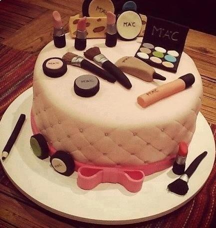 Gâteau en forme de palette de maquillage avec rouge à lèvres, pinceaux, et fards