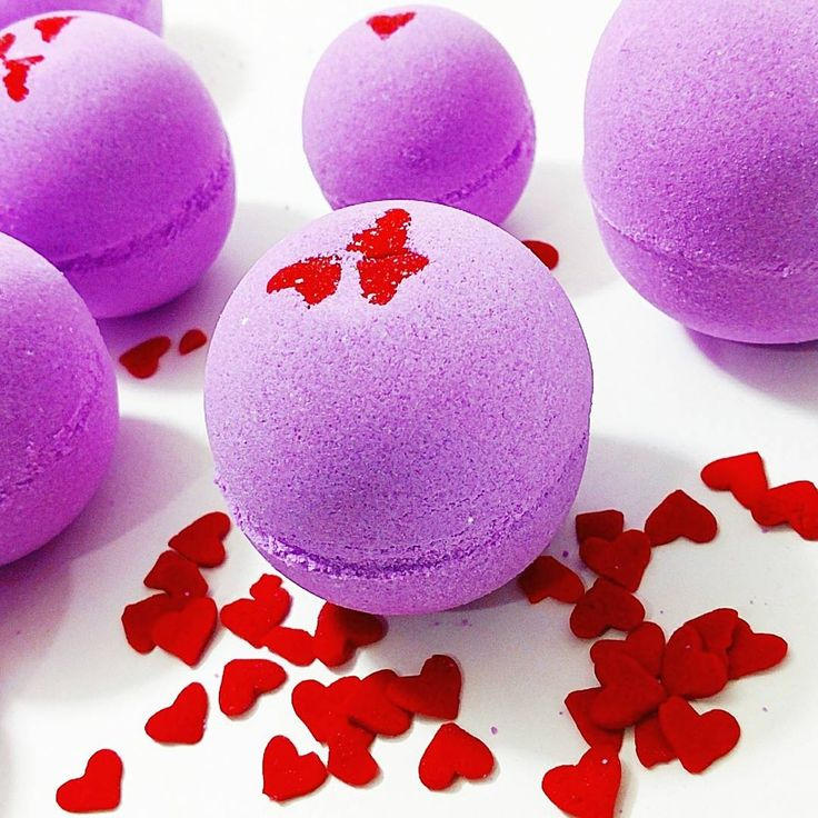 Mouth watering blackberries, raspberries and vanilla SMOOCHES bath bombs for your Valentine! #skincare #bathbombs #giftideas #bathbomb #handmade #valentinesday
