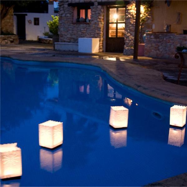 Decora tu piscina con estas bolsas de papel flotantes para for Velas flotantes piscina