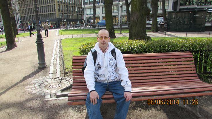 ystäväni istuu penkillä Helsingin keskustassa
