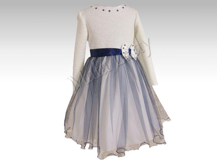 Stylowa sukienka Sofie to połączenie jasnej dzianiny żakardowej z tłoczonymi kwiatami oraz granatowego delikatnego tiulu. Góra sukienki udekorowana perełkami. Odszyta płótnem bawełnianym oraz podszewką. Sukienka posiada kryty zamek, długie rękawy oraz możliwość wiązania z tyłu sukienki szarfą w pasie. Sukienka dostępna jest również w kolorze granatowym.