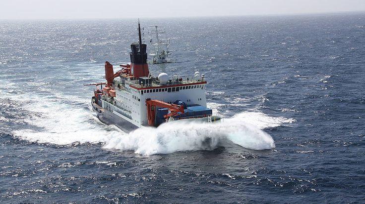 FS Polarstern stampft durch das offene Meer