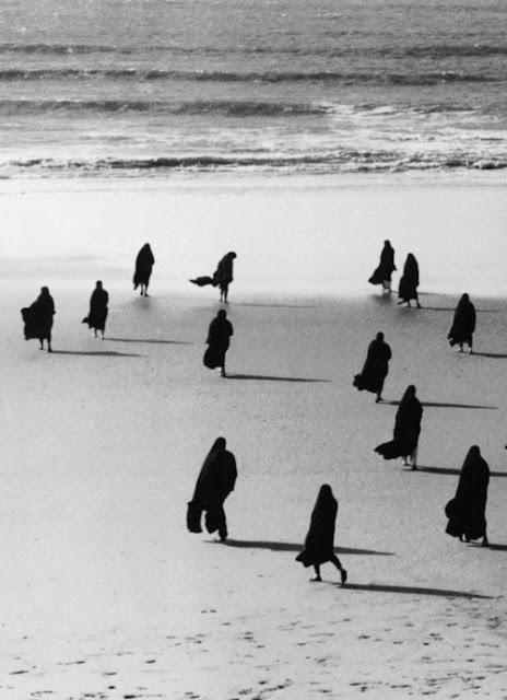 """Portugal - Nazaré - Mulheres aguardando os pescadores na praia da Nazaré, em 1955; foto de Henri Cartier-Bresson. """"Se você quiser construir um barco, reúna seus homens, mas não os mande para a floresta derrubar árvores, serrar os troncos, pregas as tábuas. Em vez disso, ensine-os a desejar o mar."""" Antoine de Saint-Exupéry"""