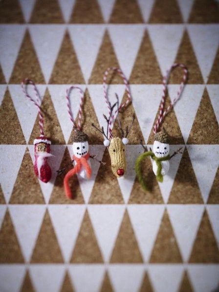 Bei diesem Christbaumschmuck ist Fingerspitzengefühl gefragt. Basteln Sie nach unserer Anleitung süße Weihnachtsbaumfiguren aus Erdnüssen.