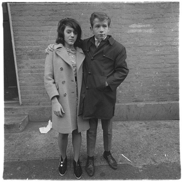 Couple d'adolescents à Hudson Street, New York 1963 Copyright © The Estate of Diane Arbus