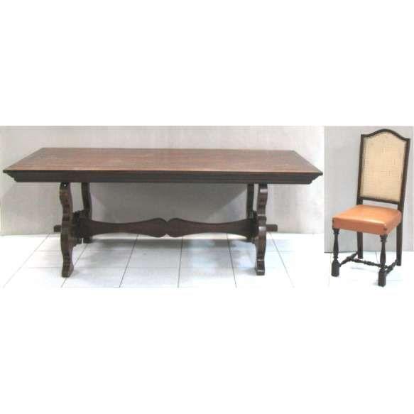Mesa com 6 cadeiras em jacarandá entalhado. Tampo retangular sobre 2 laterais vazadas se unindo por um travessão. Cadeiras em madeira nobre com encosto em palhinha e assento em courvin. Med. mesa 79x220x110cm e Med. cadeira 110x55x55cm.