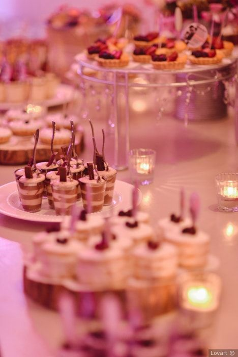 e609dc157 Los 9 postres que no pueden faltar en tu mesa de dulces... ¡vuelan! |  Banquete de boda | Table decorations, Home décor y Table