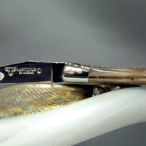 Laguiole en Aubrac guillochierte Platine Horn blond  Die Harmonie der Materialien dieses Laguiole-Messers mit hellem Naturhorn ist unvergleichlich!  Die Messer von Laguiole en Aubrac verbinden in einer perfekten Symbiose die lange Tradition der Messermacher mit einem ausgeprägten Hang zur Perfektion wobei der Preis doch in irdischen Maßstäben gemessen wird. Die Liebe zum Produkt wird in jeder einzelnen per Hand geschliffenen Biegung und Rundung des Griffes sowie in die harmonischen Auswahl…