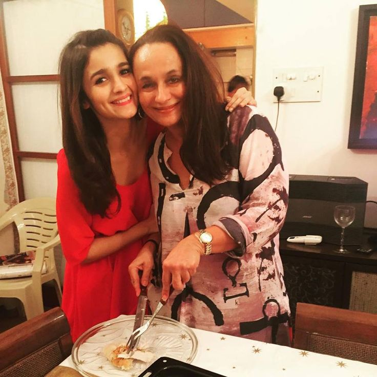 alia bhatt with her best friend-with her mom soni razdan and they look very cute together