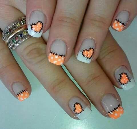 uñas frances naranja y blanco puntos y corazon