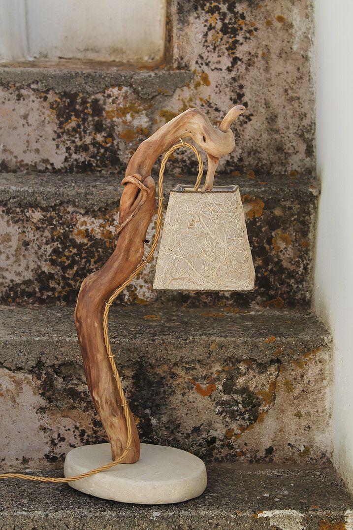 """""""Ippocampo"""": lampada da tavolo in legno di mare con base in pietra leccese sagomata a scalpello ..."""