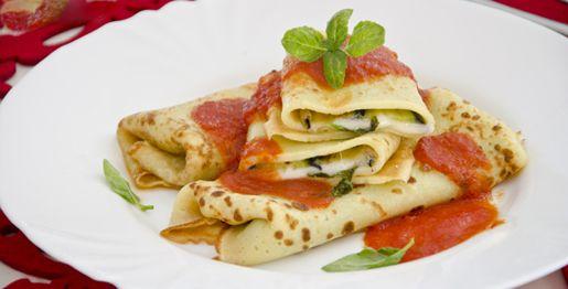 I cannelloni di crepes alle melanzane sono un primo piatto gustoso preparato con le crepes salate farcite con melanzane, mozzarella, basilico e parmigiano.