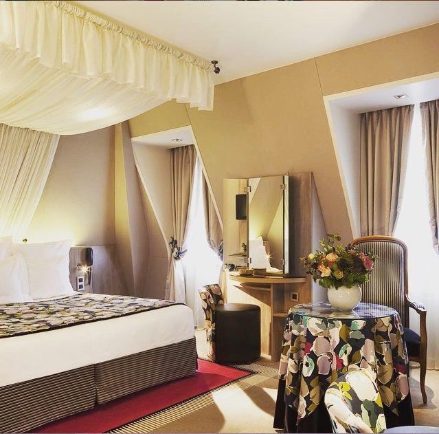 http://www.hotel-regents-paris.com/fr/ Une de nos chambres Supérieure, au 3ème et dernier étage, sous le toit mansardé de notre bâtisse Haussmanienne: esprit cosy et romantique garantie!  A partir de 195€ la nuitée. **** One of our Superior room, on third floor, under the roof: cosy and romantique atmosphere guarantee... From 195€ per night! Have a break!  #RegentsGarden #luxuryhotel #boutiquehotel #paris #hotelparis #room #cosyplace #designhotel #paris #parisjetaime #haussmann #architecture