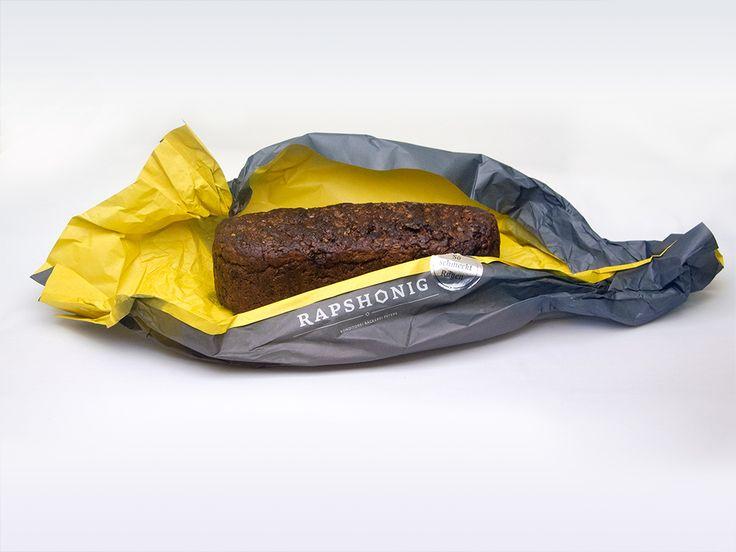 """Packaging und Design für """"So schmeckt Rügen"""" Brote. Salwiese, Rauchkorn, Rapshonig können online auf www.baeckerei-peters.de bestellt werden.  Die Konditorei Bäckerei Peters ist ein Familienunternehmen aus Sassnitz auf Rügen. Hier werden seit 1964 mit regionalen Zutaten und handwerklichem Können Torten, Kuchen, Brot und Brötchen für die Insel gefertigt. Inzwischen kann man ein paar Spezialitäten und besondere Brote online bestellen."""